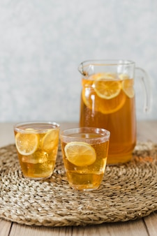 Napoje z plasterkami cytryny
