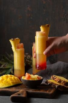 Napoje z widokiem czcionki z egzotycznymi owocami