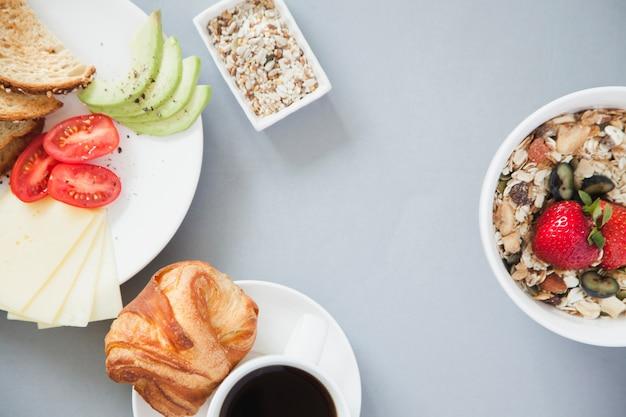 Napowietrzne widok zdrowego śniadania z kawą