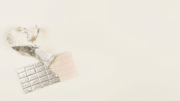 Napowietrznych widok białej czekolady z otwartym opakowaniu