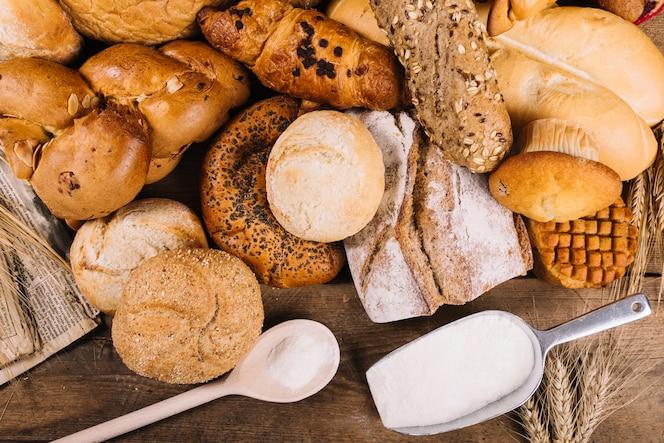 Napowietrznych widok mąki z pieczone pełnoziarniste pieczywo na stole