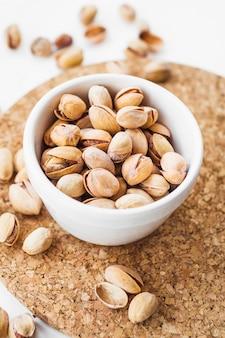 Napowietrznych widok skorupy pistacji na korek cork