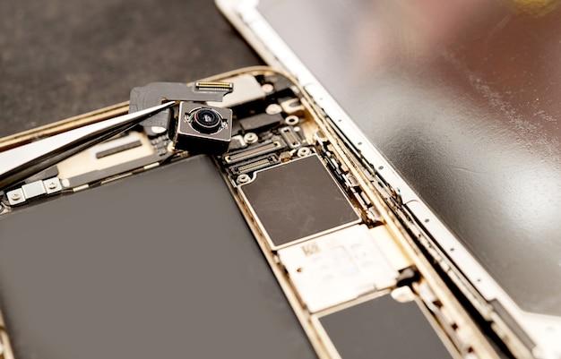 Naprawa aparatu mobilnego technik naprawy telefonu komórkowego lub smartfona