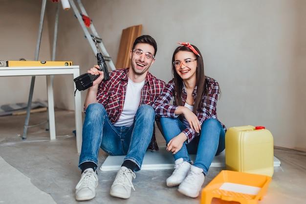 Naprawa, budynek, odświeżanie i domowy pojęcie, para robi naprawie w domu