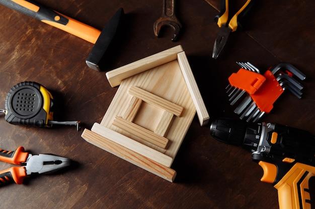 Naprawa domu za pomocą wielu narzędzi