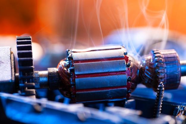 Naprawa elektronarzędzi. szczegóły dotyczące urządzeń elektrycznych i naprawy narzędzi na drewnianym stole w warsztacie.