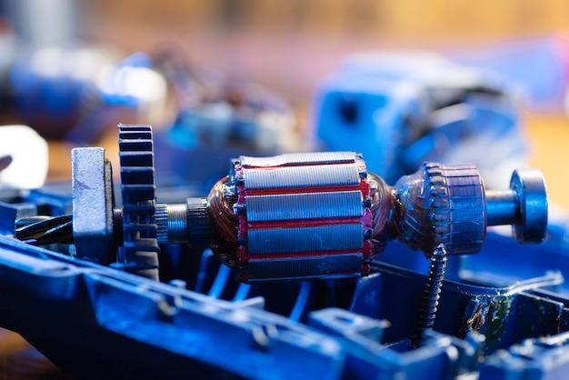 Naprawa elektronarzędzi. zdemontowana wiertarka. zepsuty metalowy detal wiertła