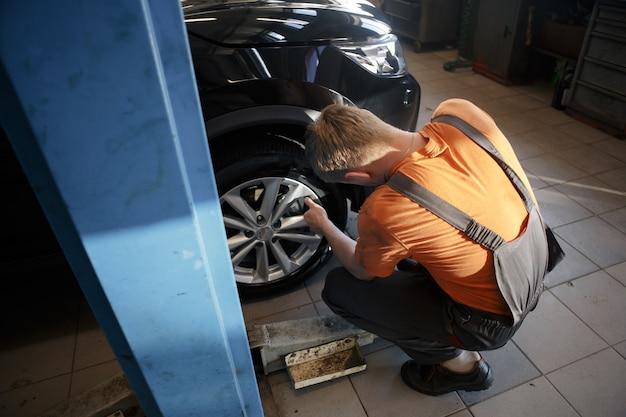 Naprawa hamulców samochodowych w warsztacie samochodowym, serwisie samochodowym