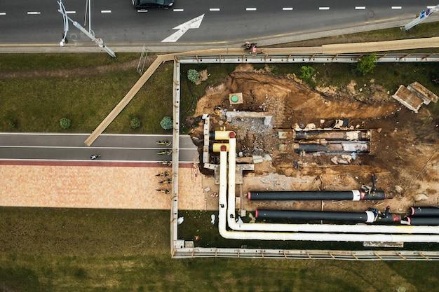 Naprawa i wymiana rurociągu w mińsku. wymiana starego rurociągu w mieście.