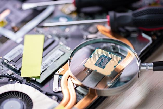 Naprawa komputera przenośnego usługa naprawy komputera. wsparcie sprzętowe. elektroniczna technologia.