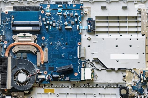 Naprawa laptopa. zdemontowane części komputerowe. warsztat elektroniczny
