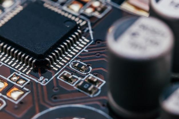 Naprawa płytki drukowanej. sprzęt elektroniczny nowoczesna technologia. cyfrowy cyfrowy komputer osobisty płyty głównej. ściana nauki technologii. zintegrowany procesor komunikacyjny. komponent inżynierii informatycznej