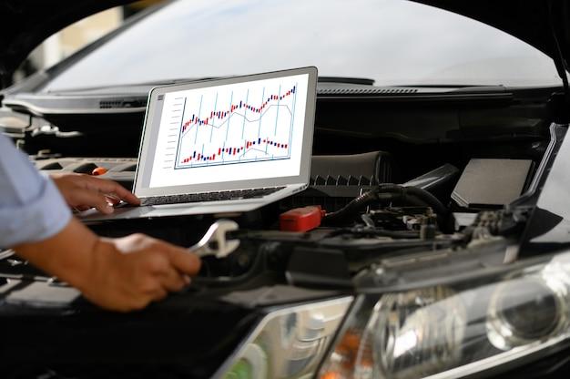 Naprawa samochodów serwisowych auto mechanik pracuje w samochodzie garażowym