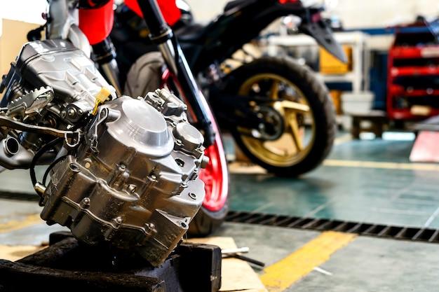 Naprawa silnika motocyklowego z miękkim ogniskiem i ponad światłem w tle