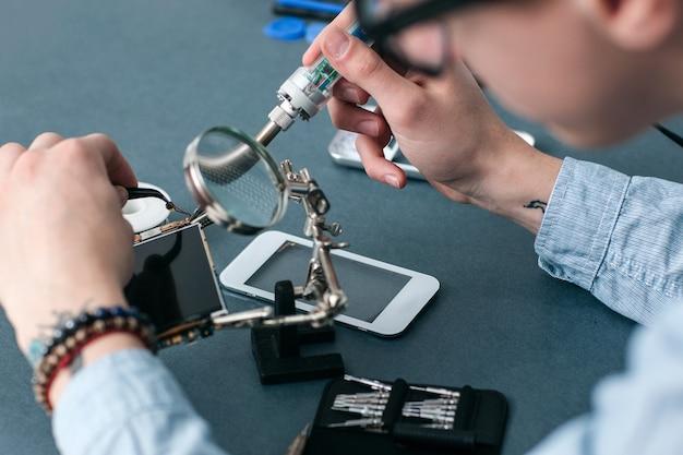 Naprawa smartfona sklep technologia elektroniczna komunikacja biznesowa fix concept