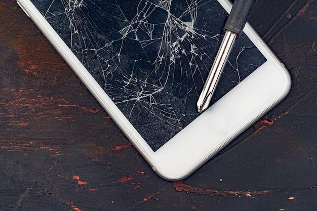 Naprawa smartfona. uszkodzony wyświetlacz smartfona i narzędzi