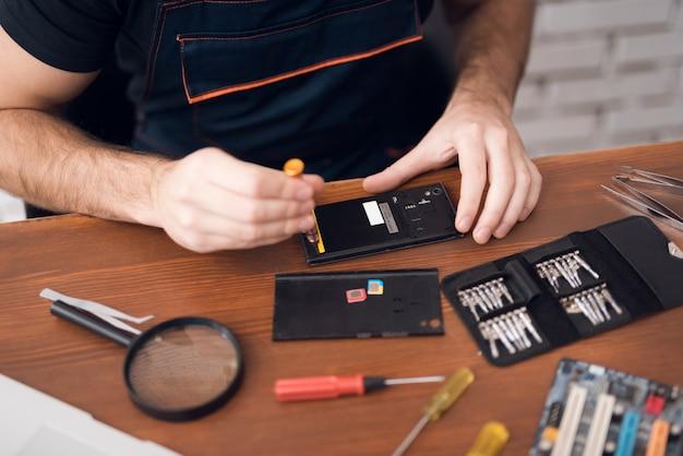 Naprawa smartfonów za pomocą wkrętaków komputerowych.