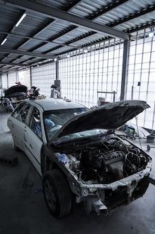 Naprawa starego zepsutego samochodu w serwisie samochodowym