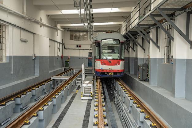 Naprawa tramwaju w zajezdni. garaż przystosowany do obsługi i naprawy transportu publicznego