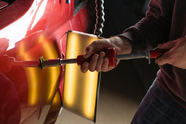 Naprawa wgniecenia samochodu po wypadku za pomocą bezbarwnej naprawy wgniecenia