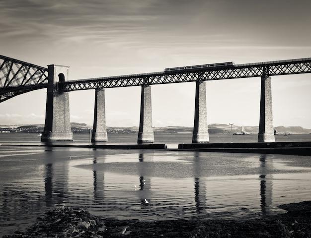 Naprzód kolejowy most nad firth of forth blisko edynburga, szkocja, rocznik tonował sepiowego