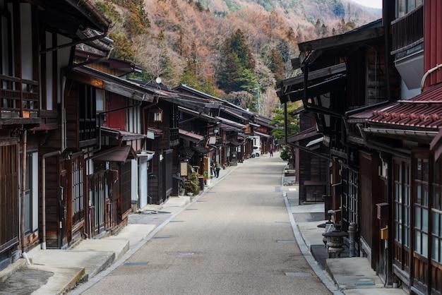 Narai-juku zachowane zabytkowe drewniane miasteczko i stare domy w pobliżu świątyni, dolina kiso, shiojiri, nagaano, japonia. słynny cel podróży lub punkt orientacyjny w chubu.