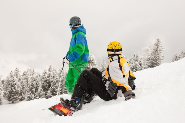 Narciarz i snowboardzista na górze