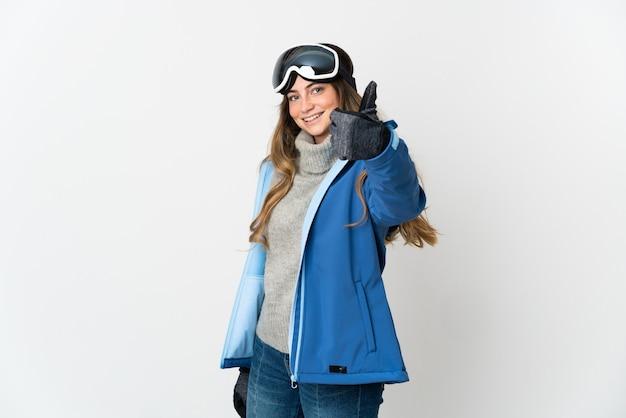 Narciarz kobieta w okularach snowboardowych na białym tle z kciukami do góry, ponieważ stało się coś dobrego