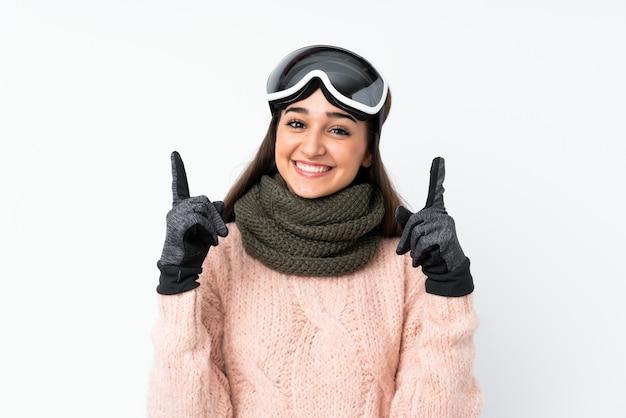 Narciarz kobieta w okularach snowboardowych na pojedyncze białej ścianie skierowana w górę świetny pomysł