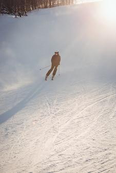Narciarz na nartach na zboczu góry