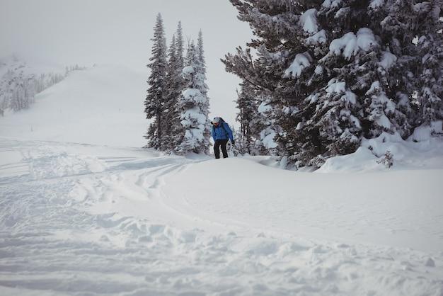 Narciarz na nartach po zaśnieżonych górach