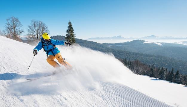 Narciarz na stoku w górach w zimowy dzień