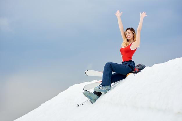 Narciarz na szczycie zaśnieżonego stoku