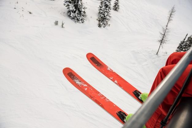 Narciarz podróżujący w wyciągu narciarskim