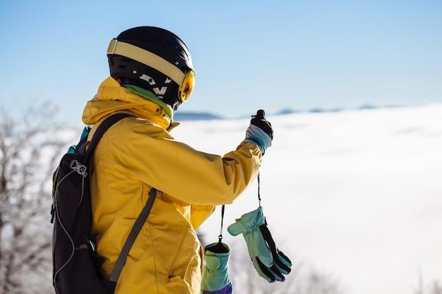 Narciarz robiący zdjęcia w śniegu na stoku narciarskim