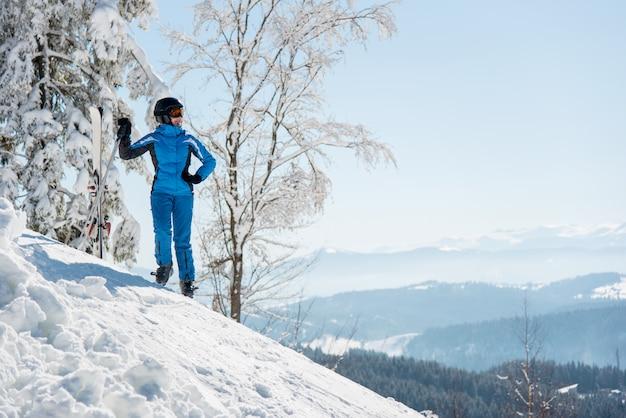 Narciarz w górach