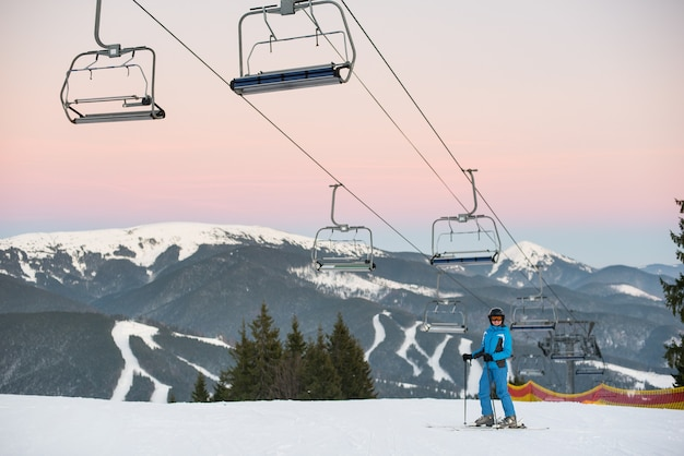 Narciarz w ośrodku narciarskim zimą