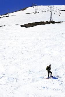 Narciarz zjeżdżający z elbrusu - najwyższego szczytu europy.