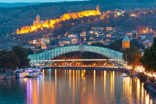 Narikala i most pokoju, tbilisi, gruzja