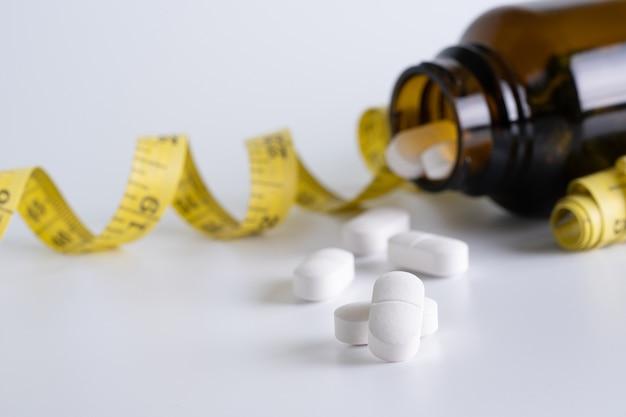 Narkotyków schudnąć koncepcji dieta slim jeść pigułki opieki zdrowotnej i medycznych pill