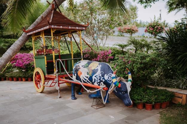 Narodowa rzeźba byka rocznika wózka przy wejściu do parku luhuitou