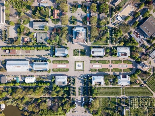 Narodowe centrum wystawowe w kijowie. widok na stare budynki i place z zielonymi wyspami drzew i traw. zdjęcie z drona