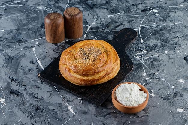 Narodowe ciasto azerbejdżanu z niegotowanym jajkiem kurzego i szklanym dzbankiem świeżego mleka