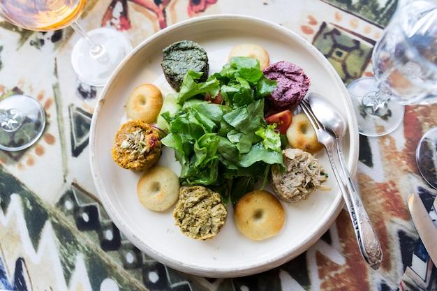 Narodowe danie gruzińskie pkhali, przyozdobione ziołami w restauracji tbilisi. zdjęcie wysokiej jakości