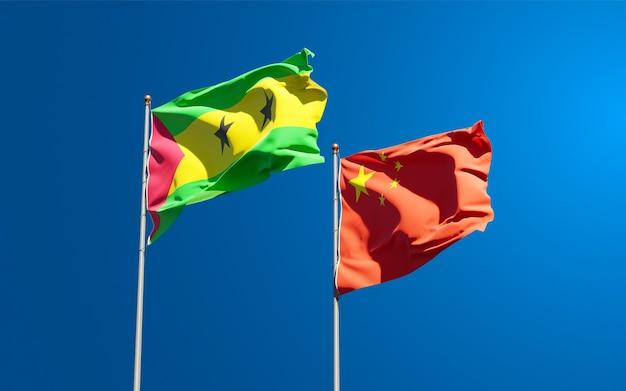 Narodowe flagi państw wysp świętego tomasza i książęcej oraz chin razem