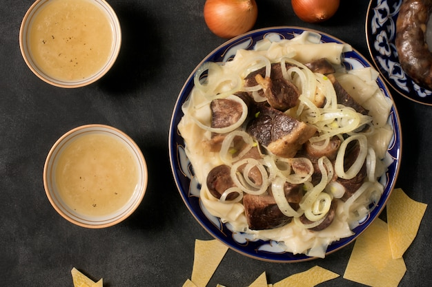 Narodowe kazachskie danie - beshbarmak i bulion mięsny