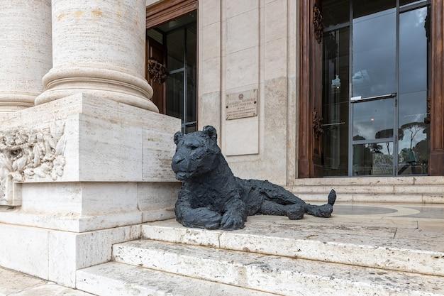 Narodowe muzeum sztuki nowoczesnej rzeźba lwa