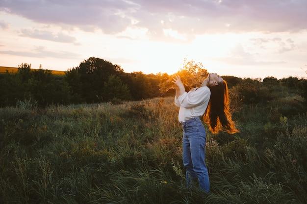 Narodowy dzień relaksu praktyki relaksacyjne zdrowie psychiczne koncepcja powolnego życia młoda dziewczyna
