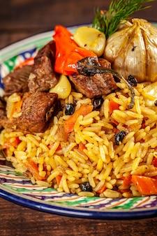 Narodowy uzbecki pilaw z mięsem.