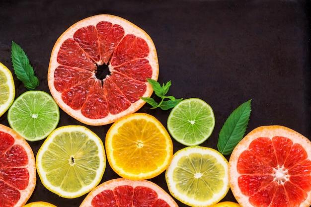 Narożnik z plasterkiem pomarańczy, cytryn, limonek, grejpfruta i mięty na czarno. leżał płasko